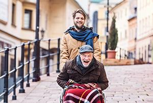 24-h-Pfleger und älterer Herr verstehen sich gut