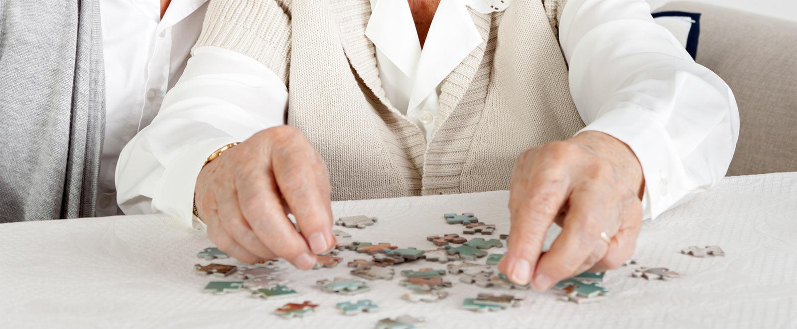 Demenzbetreuung: Aktivierung von Demenzkranken durch Puzzles