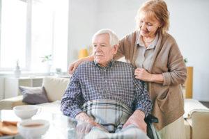 Ehefrau kümmert sich um pflegebedürftigen Ehemann