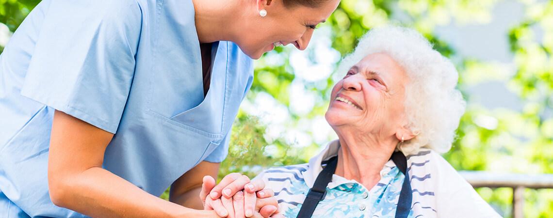 Betreuungskraft kümmert sich um Seniorin