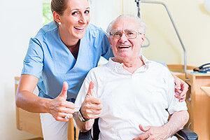 Pflegekraft und Senior im Pflegezimmer