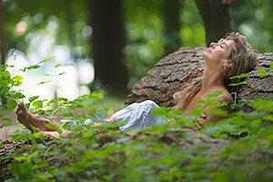 Erschöpfte Frau entspannt im Wald