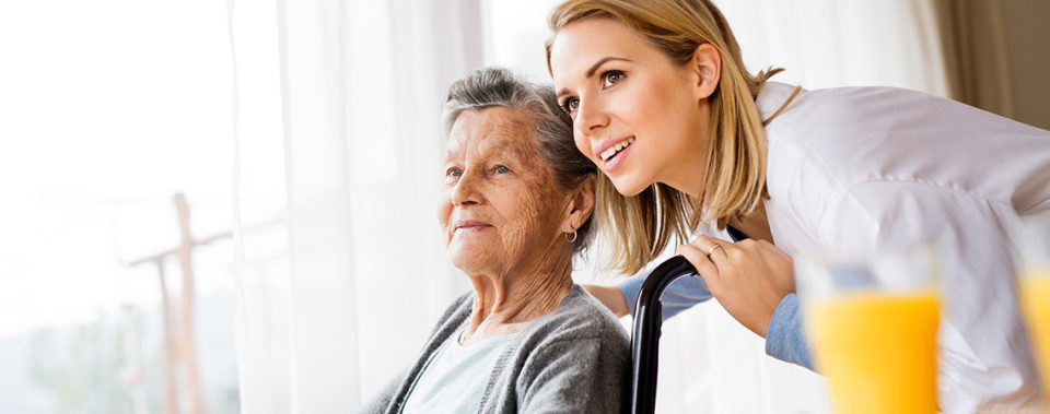 Polnische Pflegerin mit Seniorin