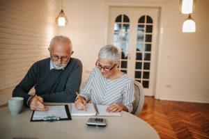 Ehepaar denkt über 24-Stunden-Pflege nach