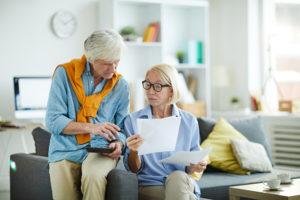 Ehepaar kalkuliert Budget für Haushaltshilfe