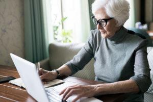 Seniorin plant Finanzierung von 24-Stunden-Pflege