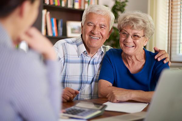 Pflegevermittlung berät älteres Ehepaar