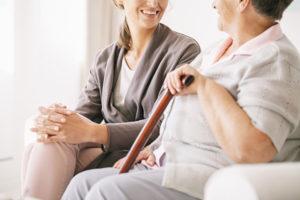 Pflegevermittler spricht mit Seniorin