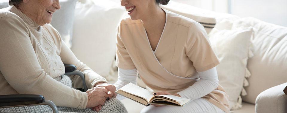 Betreuungskraft aus Polen liest Seniorin vor