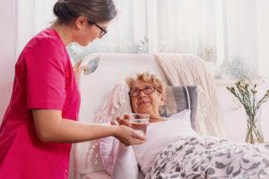 Polnische Betreuungskraft bringt Patientin Wasser