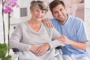 Seniorin und 24-Stunden-Betreuer lachen