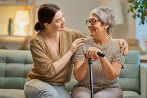 Glückliche 24-h-Betreuerin mit älterer Dame