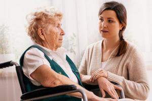 Betreuungskraft kümmert sich um demente Person