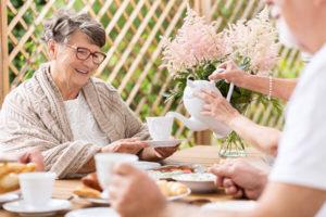 Seniorenbetreuung leistet älterer Frau Gesellschaft
