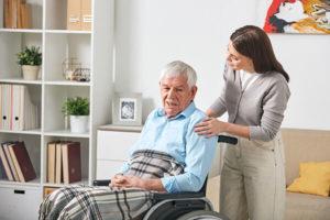 Seniorenbetreuung versorgt älteren Mann