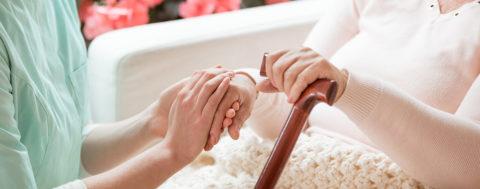 24-Stunden-Pflegekraft beim Dienst: Wie finanzieren?