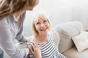 Gespräch zwischen 24-h-Pflegekraft und Betreuter