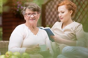 Pflegekraft gönnt sich eine Lesepause