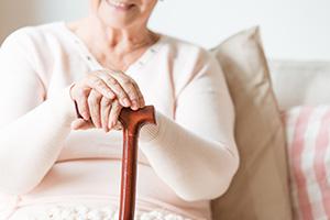 Zufriedene ältere Dame hält Stock