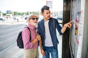 24-Stunden-Pfleger begleitet blinden Senioren