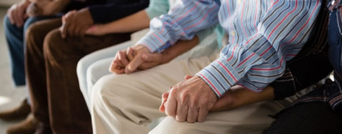 Ältere Personen halten sich gegen Einsamkeit an den Händen