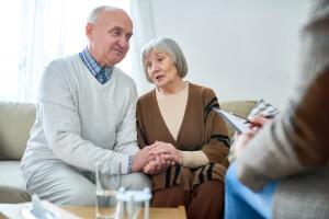 Älteres Ehepaar spricht mit Berater über Vorsorgevollmacht