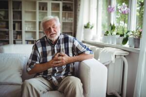 Älterer Herr leidet an Schmerzen in der Brust