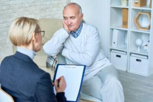 Depressiver Mann bei der Psychotherapie-Sitzung