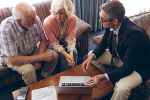 Älteres Ehepaar kalkuliert die Kosten für eine Pflegeeinrichtung