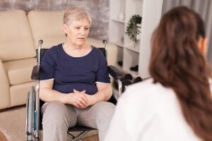 Frau im Rollstuhl fühlt sich unwohl bei der Auswahl ihres Betreuers