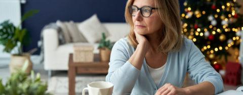 Besorgte Frau denkt über Pflege ohne Agentur nach