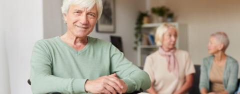 Mann im Rollstuhl ist in der Senioren-WG nicht allein
