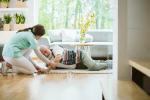 Gestürzter Senior bekommt Hilfe von seiner Betreuerin