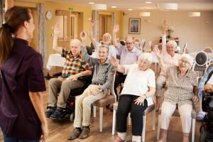 Senioren beim Mobilisationskurs im Pflegeheim