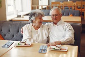 Seniorenpaar beim Kuchen in der Tagespflege