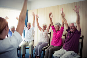 Seniorengruppe beim Sport in der Tagespflege-Einrichtung