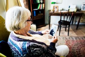 Seniorin hat sich in ihr Zimmer der Senioren-WG zurückgezogen