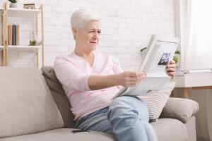 Ältere Dame leidet an Altersweitsichtigkeit