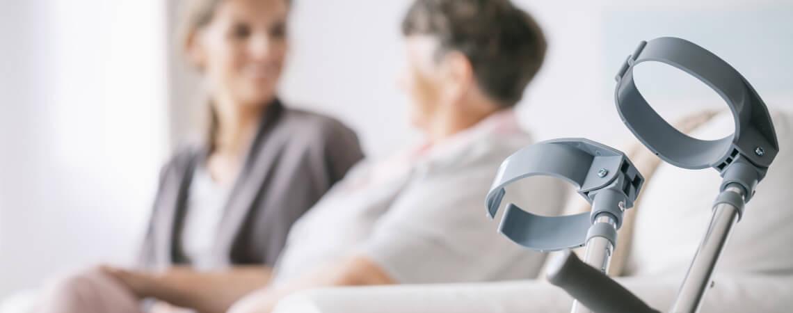 Seniorin mit Bewegungseinschränkung und 24-Stunden-Pflegekraft