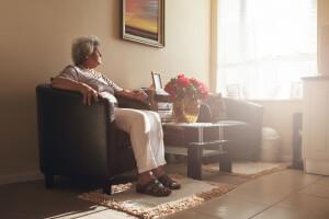 Seniorin leidet an Einsamkeit im Alter