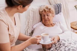 Seniorin in Gesellschaft einer 24-Stunden-Pflegekraft