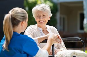 Ältere Dame lächelt 24-Stunden-Betreuerin an