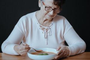 Appetitlosigkeit kann ein Zeichen für Altersdepression sein