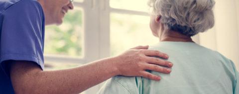 Seniorin und Betreuerin in der Tagespflege-Einrichtung