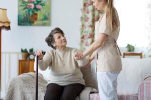 Die Chemie zwischen Betreuerin und älterer Dame stimmt nicht